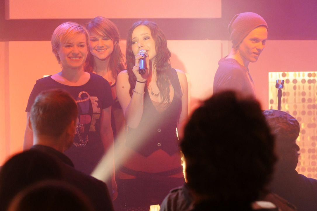 Luzi (Selina Müller, 2.v.r.) kann mit dem neuen Song, den sie für Frank singen soll, nichts anfangen. Steht ihre Karriere nun bereits vor dem Aus? - Bildquelle: SAT.1
