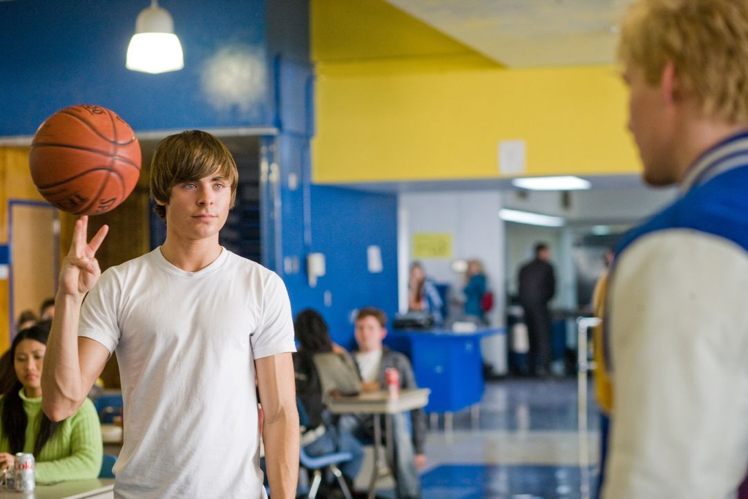 Kaum auf der Schule gerät Mike (Zac Efron, l.) auch schon mit dem Kapitän der Basketballmannschaft, Stan (Hunter Parrish, r.), aneinander ... - Bildquelle: 2008   Warner Bros.