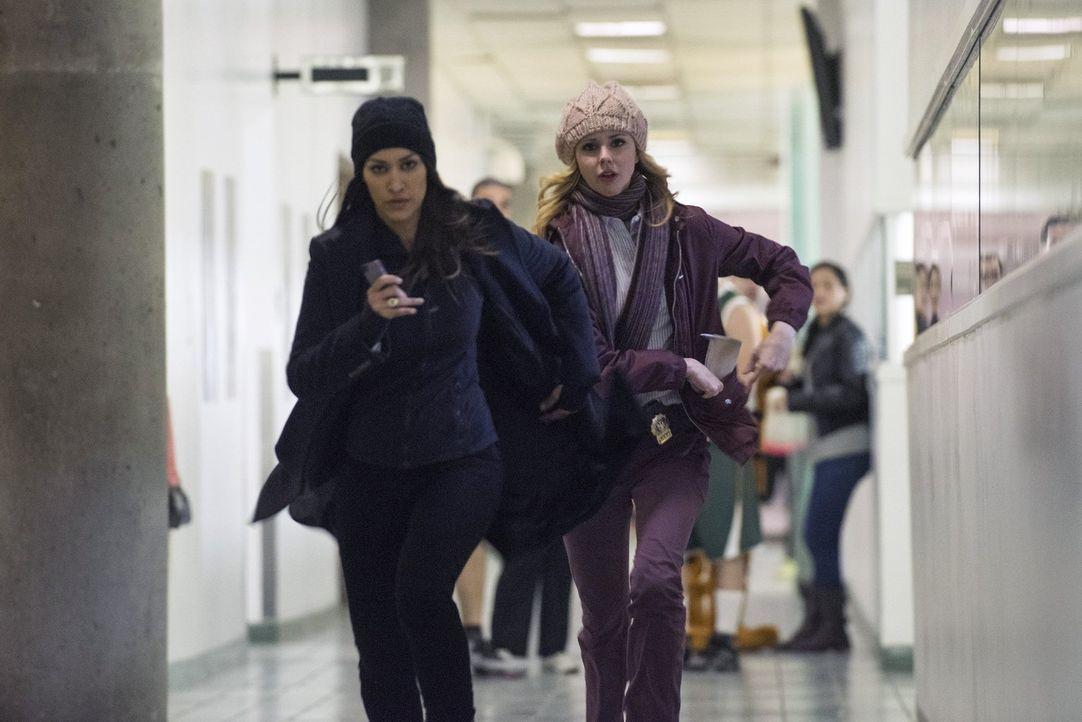 Während Meredith (Janina Gavankar, l.) und Frankie (Meg Steedle, r.) in einem neuen Fall ermitteln, muss sich Laura mit einer persönlichen Krise aus... - Bildquelle: Warner Bros. Entertainment, Inc.