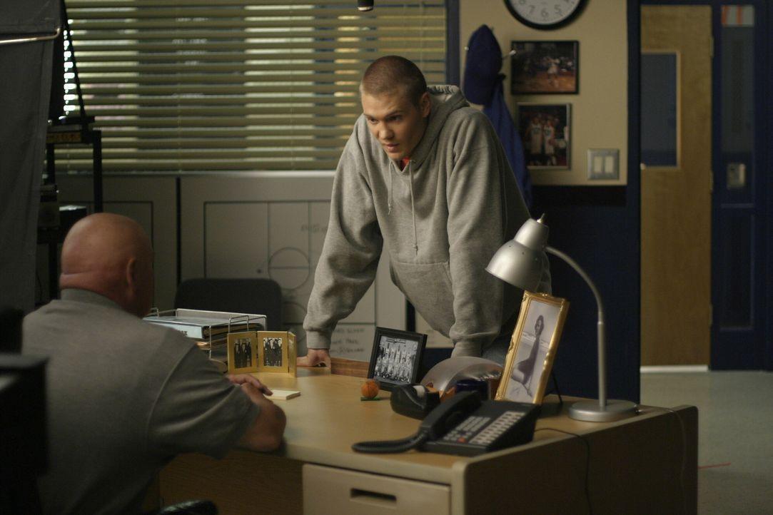 Lucas (Chad Michael Murray, r.) versucht alles, um Coach Whitey (Barry Corbin, l.) davon zu überzeugen, dass er sich operieren lässt ... - Bildquelle: Warner Bros. Pictures