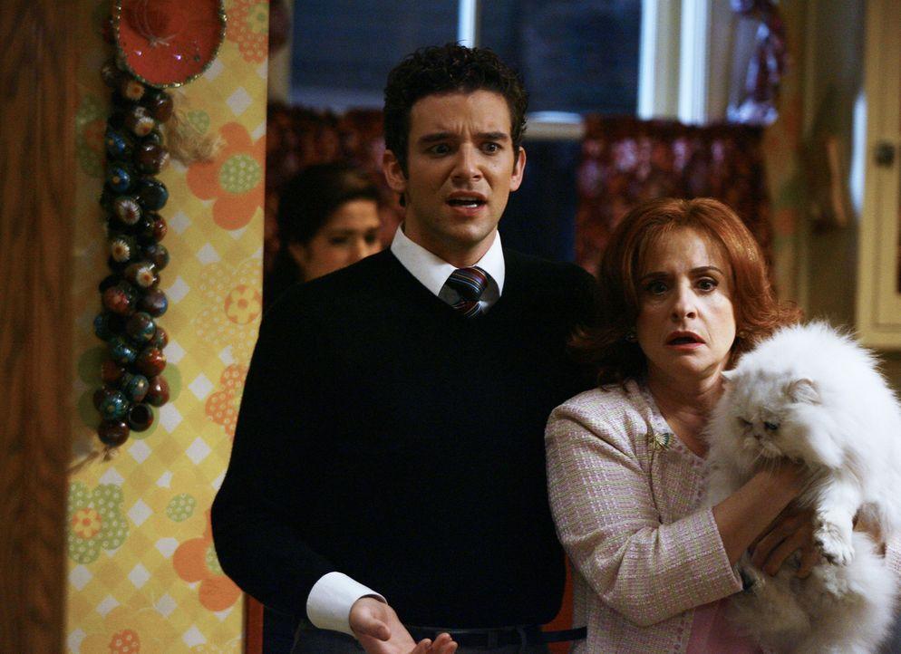 Das Hackbraten-Essen bei Familie Suarez verläuft ganz anders als geplant: Marc (Michael Urie, l.) und seine Mutter (Patti LuPone, r.) ... - Bildquelle: Buena Vista International Television