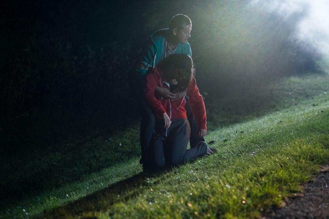 Taylor (Paul Gagnon, hinten) entführt die junge, alleinerziehende Mutter Carrie (Ashley Armstrong, vorne) und zwingt sie dazu, sich ihm ohne Murren... - Bildquelle: Darren Goldstein Cineflix 2015