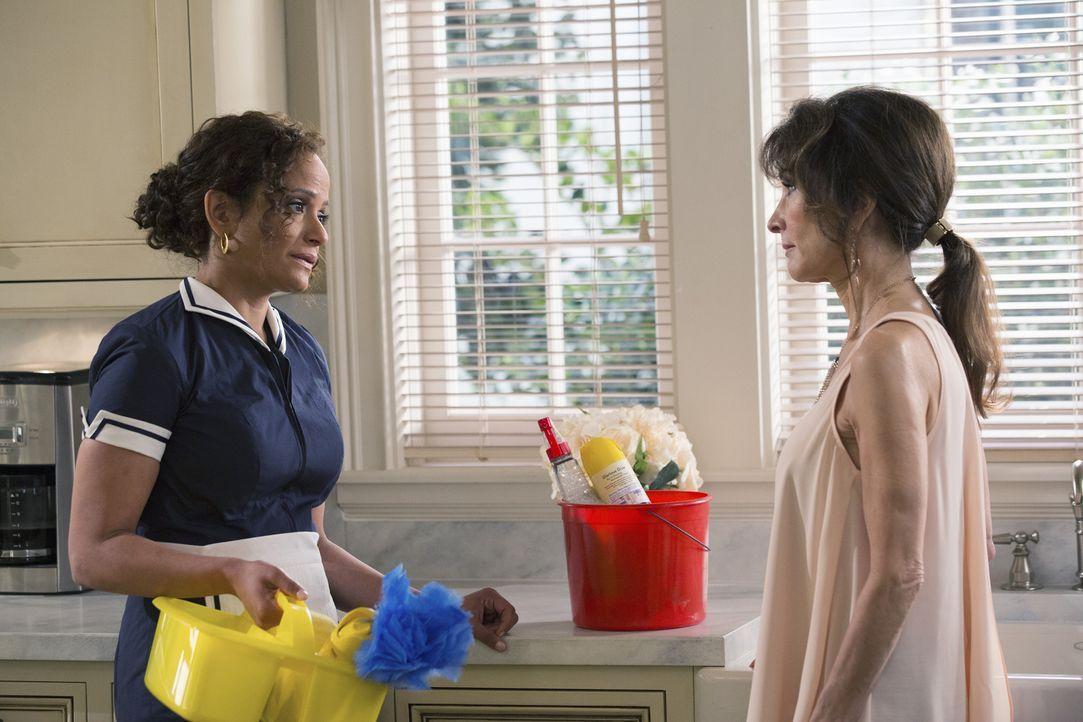 Genevieve (Susan Lucci, r.) ist sich sicher, dass Zoila (Judy Reyes, l.) ihrem Ehemann zeigen sollte, was er wirklich verpasst. Wird das gutgehen? - Bildquelle: 2014 ABC Studios