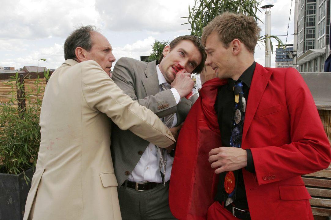 Jürgen (Oliver Bokern, r.) lässt seine Wut an Richard (Karim Köster, M.) aus, während Rossi (Georgios Papadopoulos, l.) zu schlichten versucht. - Bildquelle: Noreen Flynn SAT.1 / Noreen Flynn