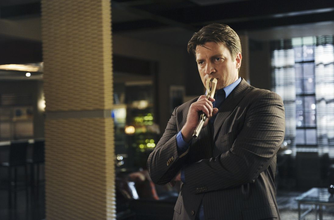 Was hat Richard Castle (Nathan Fillion) mit der antiken Waffe vor? - Bildquelle: 2010 American Broadcasting Companies, Inc. All rights reserved.