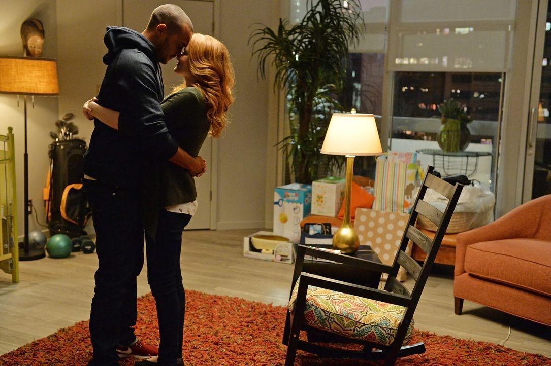 Freuen sich auf eine gemeinsame Zukunft zu dritt: Jackson (Jesse Williams, l.) und April (Sarah Drew, r.) ... - Bildquelle: ABC Studios