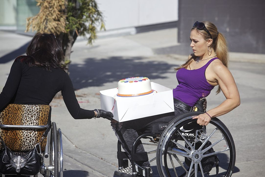 Angela feiert heute ihren zweiten Geburtstag: Zehn Jahre sind seit ihrem Unfall vergangen. Auti (l.) und Tiphany (r.) wollen sie mit einer Torte üb... - Bildquelle: Sundance Channel