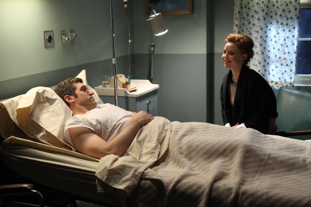 Von Richard (Jeremy Davidson, l.) erfährt Kate (Kelli Garner, r.), dass es einen Doppelagenten gibt. Sie ist überrascht, als sie entdeckt wer es i... - Bildquelle: 2011 Sony Pictures Television Inc.  All Rights Reserved.