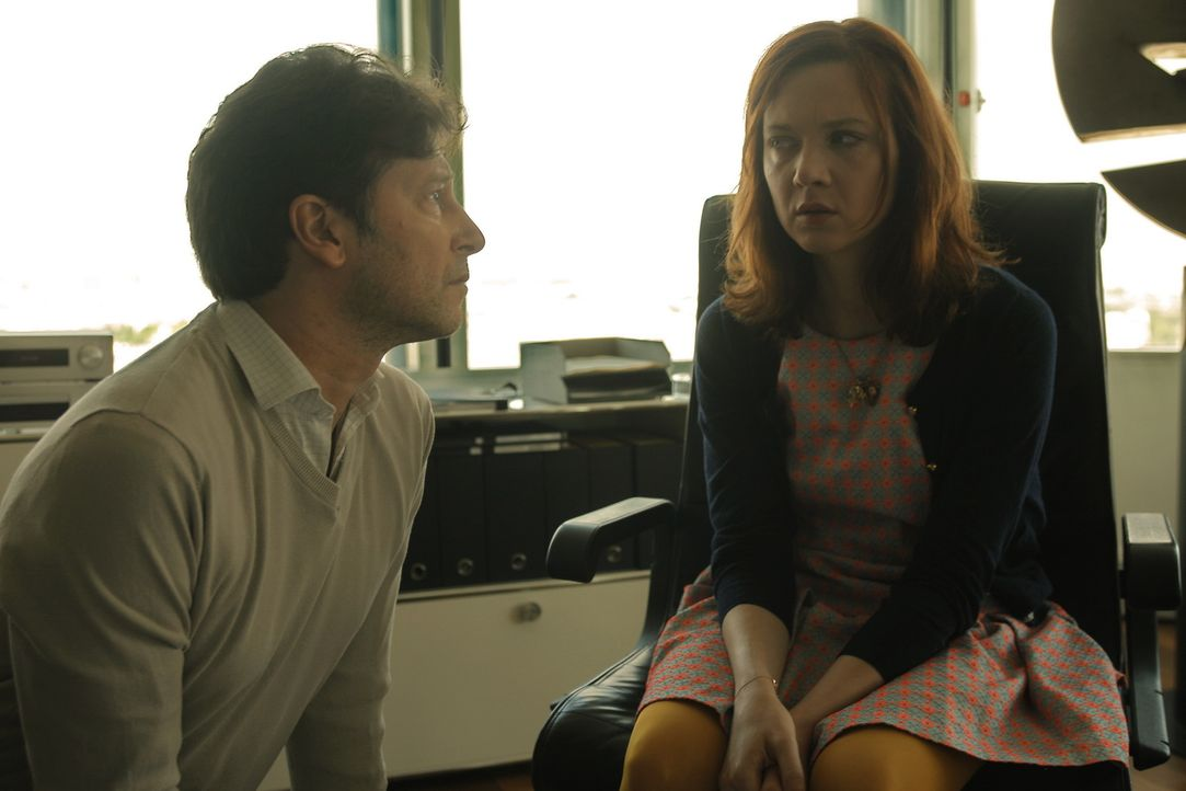 Als Chloé (Odile Vuillemin, r.) sich nicht mehr sicher ist, ob ihr Vater (Didier Mérigou, l.) eine Halluzination ist oder nicht, muss sie sich schli... - Bildquelle: 2014 BEAUBOURG AUDIOVISUEL