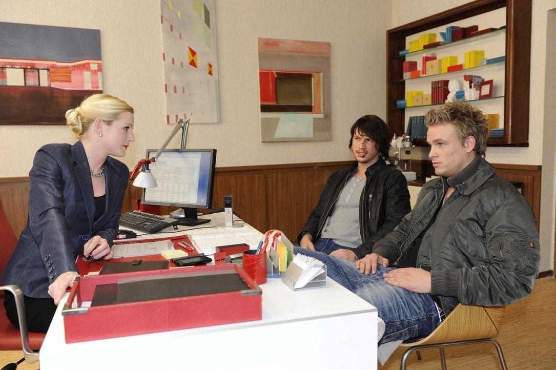 Helena (Kim-Sarah Brandts, l.) verdonnert Ben (Christopher Kohn, M.) und Ronnie (Frederic Heidorn, r.) zur Teilnahme am Camp ... - Bildquelle: SAT.1