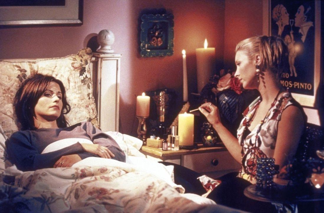 Monica (Courteney Cox, l.) ist wegen ihrer Trennung von Richard depressiv und hat dementsprechende Fantasien. Phoebe (Lisa Kudrow, r.) versucht, ihr... - Bildquelle: TM+  2000 WARNER BROS.