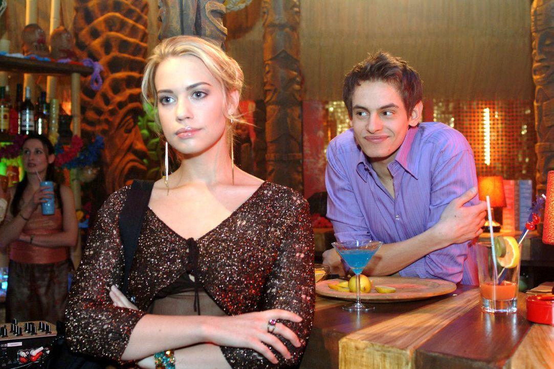 Überraschend nimmt Alexander (Shai Hoffmann, r.) eine Missetat Kims (Lara-Isabelle Rentinck, l.) auf sich. - Bildquelle: Monika Schürle SAT.1 / Monika Schürle