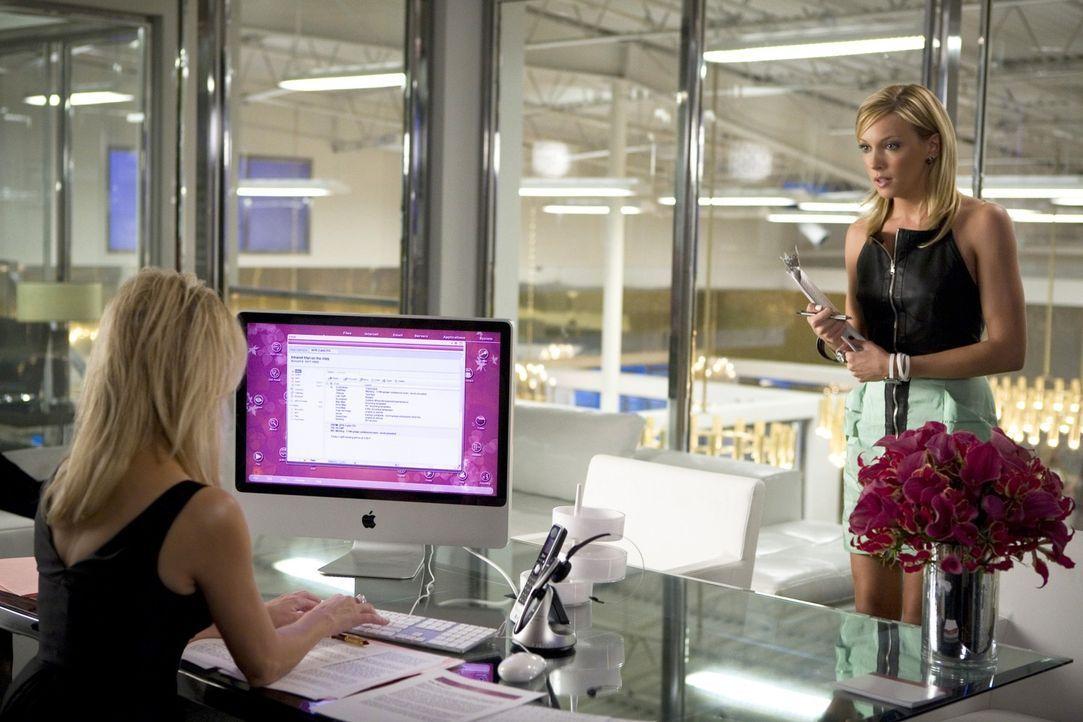So hat sich die ehrgeizige Ella (Katie Cassidy, r.) die Arbeit mit ihrer Vorgesetzten Amanda (Heather Locklear, l.) sicher nicht vorgestellt... - Bildquelle: 2009 The CW Network, LLC. All rights reserved.