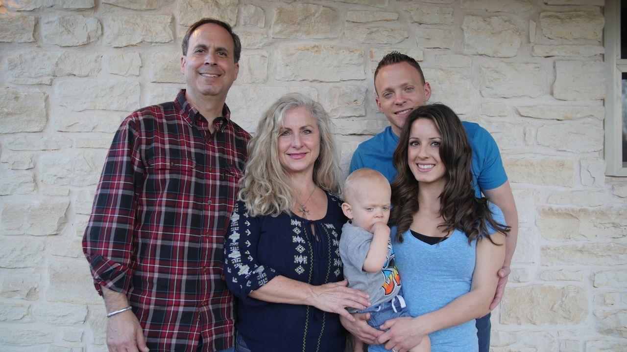Alexia (r.) und Cody (2.v.l.) freuen sich über ihr neues, kleines Eigenheim, aber was werden die Eltern (l. und 2.v.l.) dazu sagen? - Bildquelle: 2016, HGTV/Scripps Networks, LLC. All Rights Reserved.