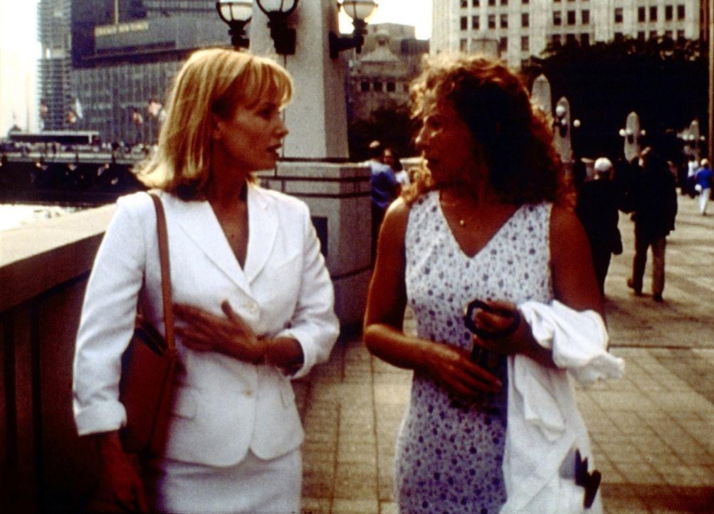 Corday (Alex Kingston, r.) spricht Elaine (Rebecca De Mornay, l.), der eine Brustoperation bevorsteht, Mut zu. - Bildquelle: TM+  2000 WARNER BROS.