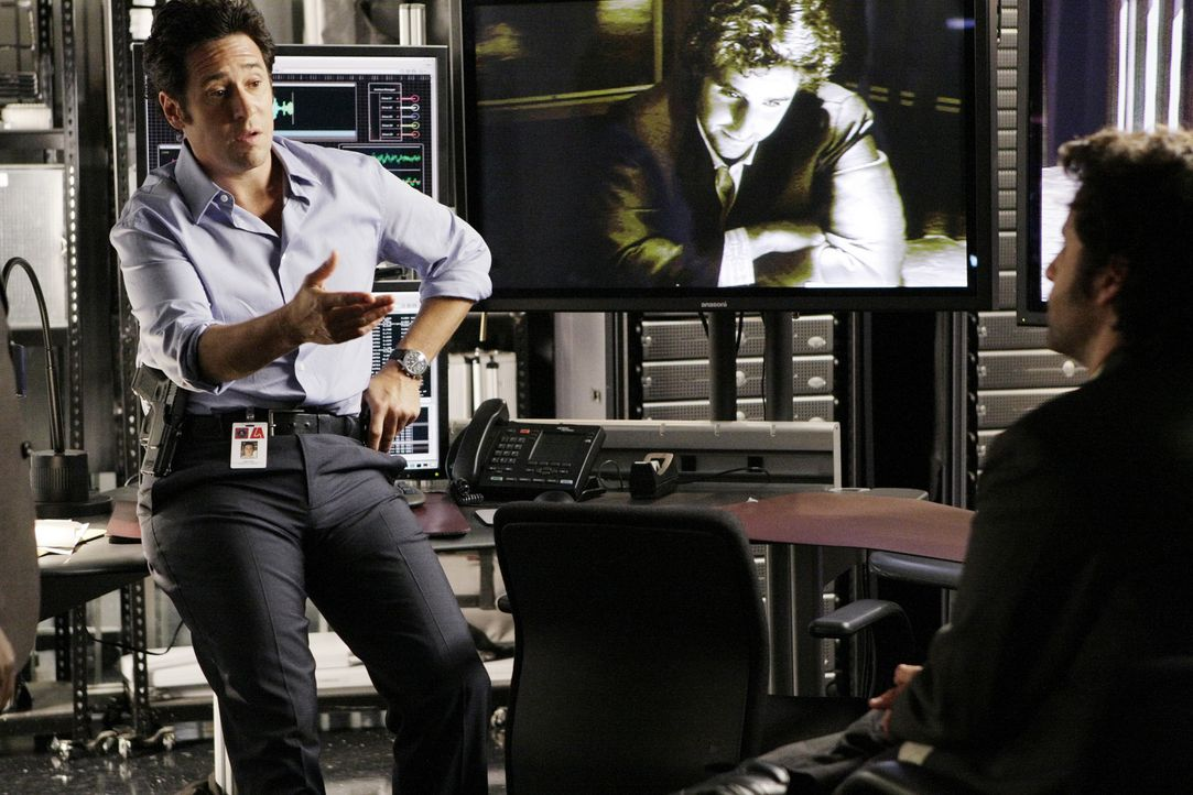 Als bei einem Überfall auf die Lieferung eines Union Parcel-Lieferwagens ein FBI-Agent erschossen wird, nehmen sich Don (Rob Morrow, l.) und Charlie... - Bildquelle: Paramount Network Television
