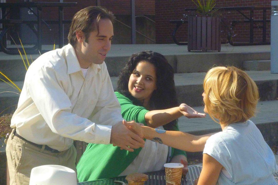Als Linda (M.) Alberto (l.) und Elizabeth (r.) einander vorstellt ahnt sie nicht, dass sie damit möglicherweise bereits das Todesurteil von Alberto... - Bildquelle: Kate Findlay-Shirras Atlas Media, 2011