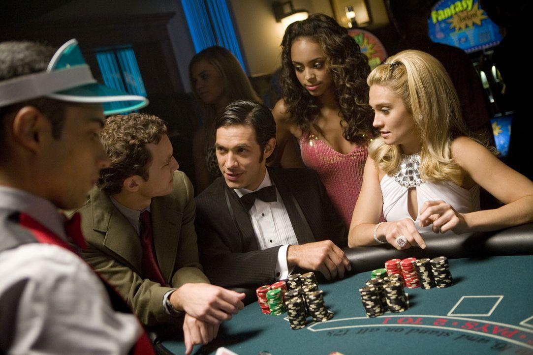 Um an etwas Geld zu kommen, hoffen Rusty (Jacob Zachar, 2.v.l.), Max (Michael Rady, M.), Ashleigh (Amber Stevens, 2.v.r.) und Casey (Spencer Grammer... - Bildquelle: 2008 ABC Family