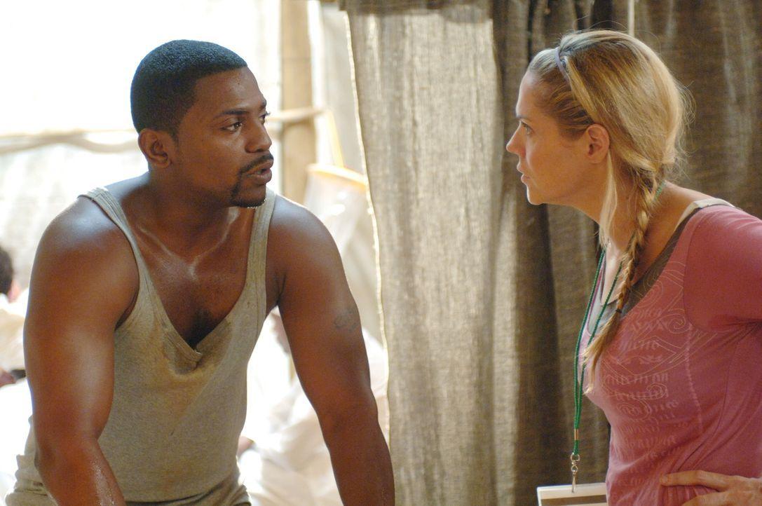 Pratt (Mekhi Phifer, l.) muss Debbie (Mary McCormack, r.) eine schlimme Nachricht überbringen, denn Dakarai ist von den Rebellen wahrscheinlich getö... - Bildquelle: Warner Bros. Television