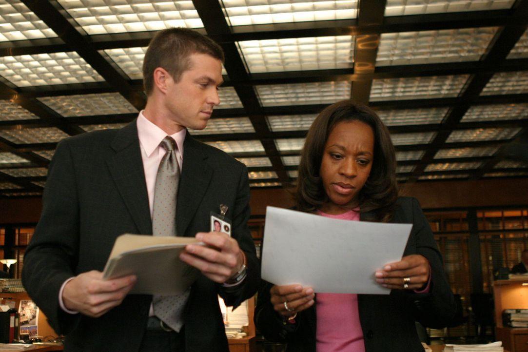 Auf der Suche nach einem Hinweis: Vivian Johnson (Marianne Jean-Baptiste, r.) und ihr Kollege Martin Fitzgerald (Eric Close, l.) - Bildquelle: Warner Bros. Entertainment Inc.