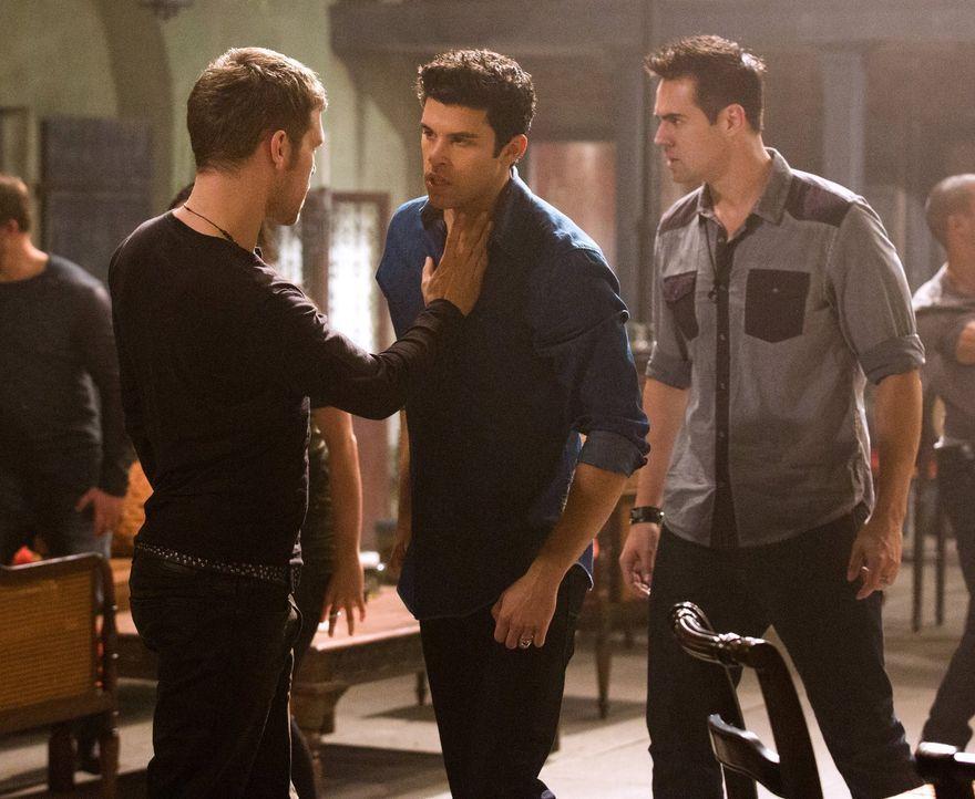 Der Fluch, den Finn auf das Anwesen legt, stellt Klaus (Joseph Morgan, l.), Josh (Steven Krueger, M.) und alle anderen Gefangenen vor große Herausfo... - Bildquelle: Warner Bros. Television