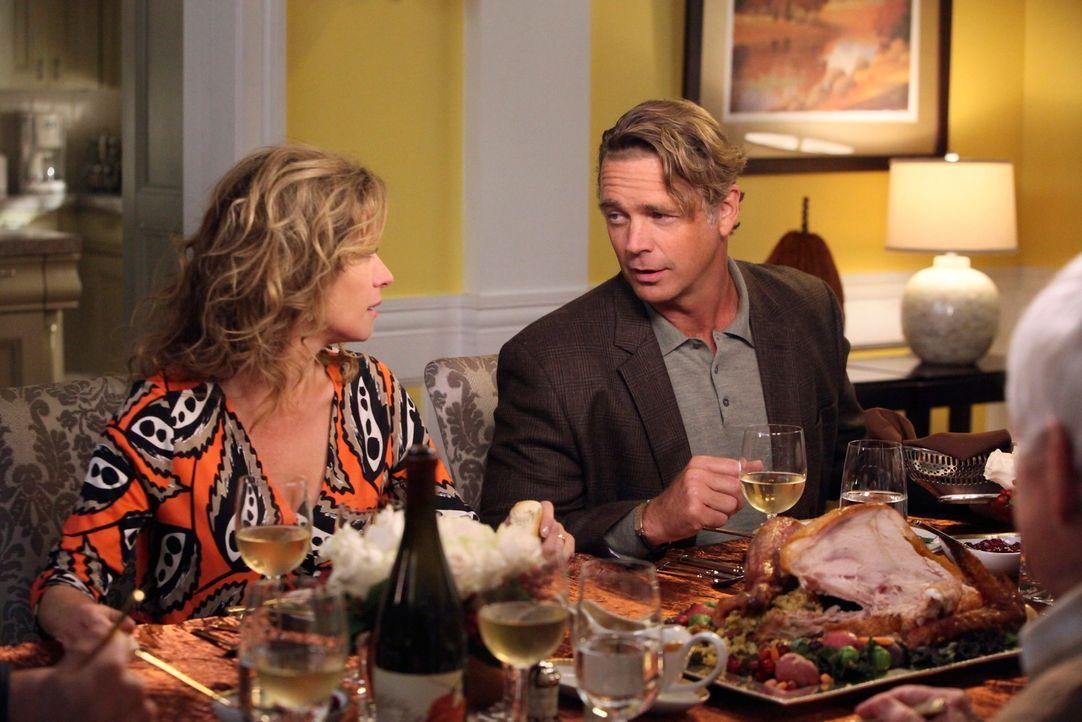 Thanksgiving: Bree lädt Keith' Eltern Mary (Nancy Travis, l.) und Richard (John Schneider, r.) ein und findet sich bald mitten in einem Ehestreit zw... - Bildquelle: ABC Studios