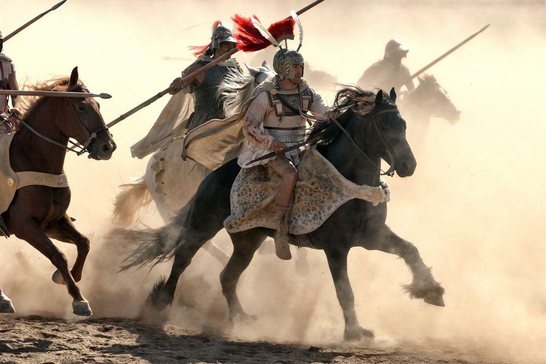 Tapfer und stolz zugleich, zieht Alexander der Große (Colin Farrell, vorne) an der Seite seiner Männer in den Kampf. - Bildquelle: Constantin Film