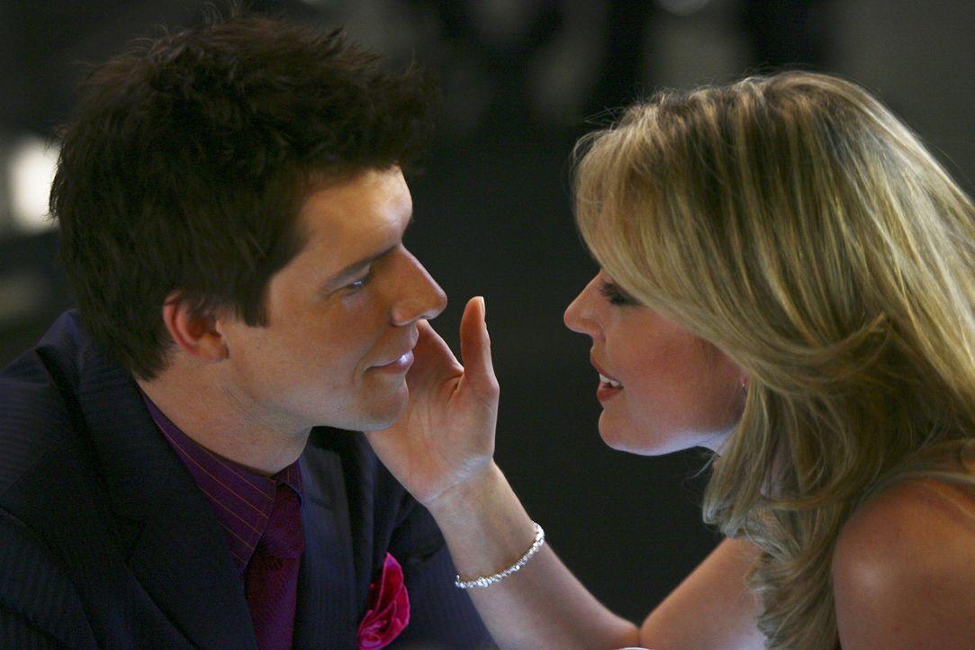 Daniel (Eric Mabius, l.) fühlt sich ganz stark zu Alexis (Rebecca Romijn, r.) hingezogen. Da offenbart ihm die junge Frau ein lang gehütetes Geheimn... - Bildquelle: Buena Vista International Television