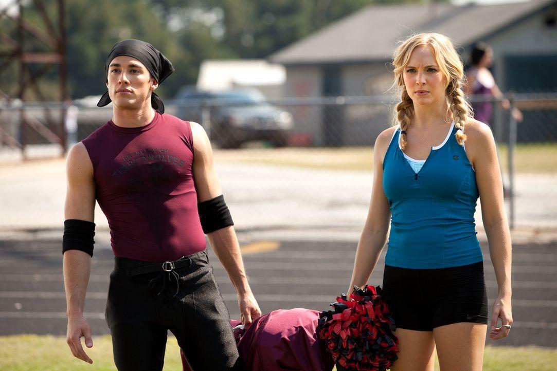 Rebekah versucht mit ihrem sportlichen Können die Aufmerksamkeit von Tyler (Michael Trevino, l.) auf sich zu ziehen, was Caroline (Candice Accola,... - Bildquelle: Warner Bros. Television