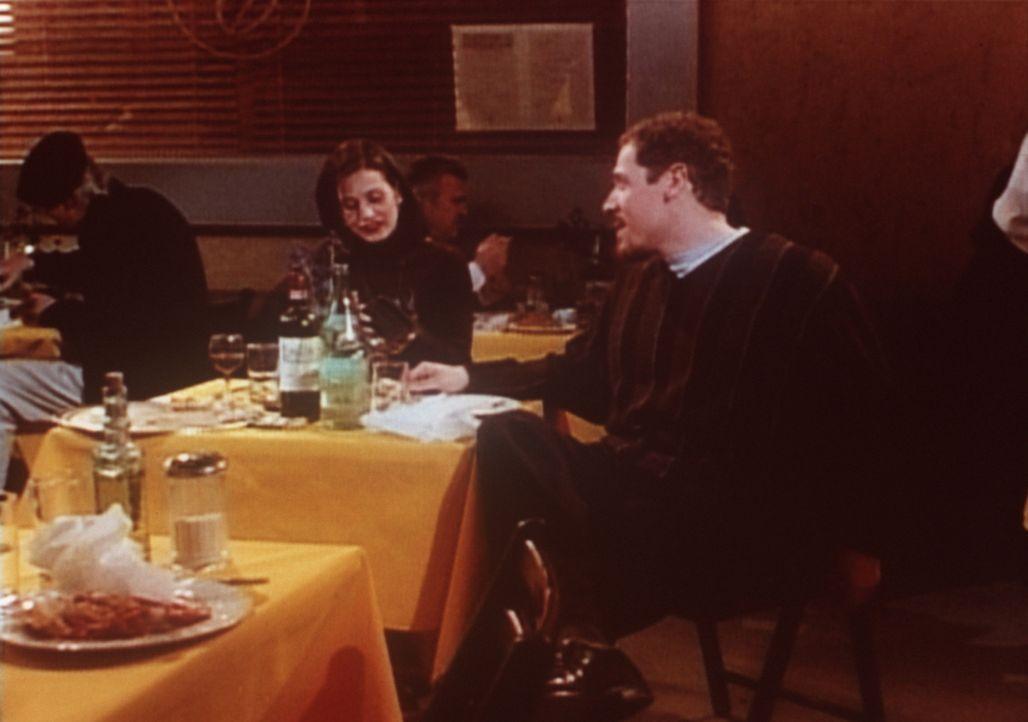 Monica (Courteney Cox, l.) wird von ihrem Verehrer Pete (Jon Favreau, r.) in ein italienisches Restaurant eingeladen. Das Besondere daran: Das Resta... - Bildquelle: TM+  2000 WARNER BROS.