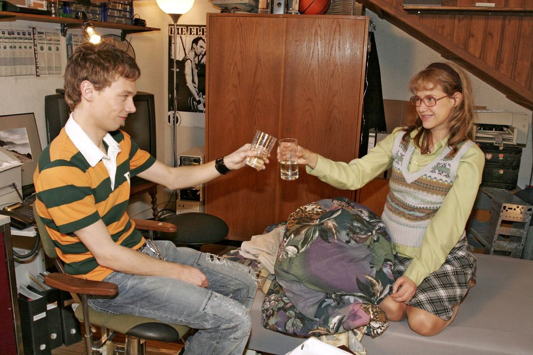 Lisa (Alexandra Neldel, r.) ist gerührt: Zumindest auf Jürgen (Oliver Bokern, l.) ist Verlass! (Dieses Foto von Alexandra Neldel darf nur in Zusamme... - Bildquelle: Noreen Flynn SAT.1 / Noreen Flynn