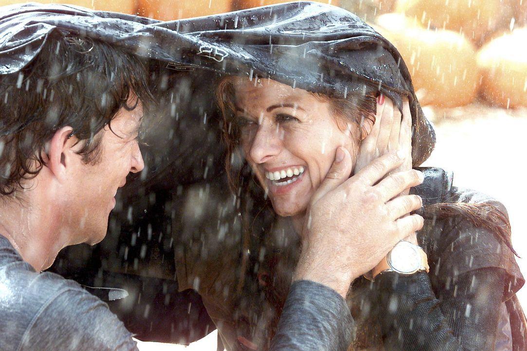 Der leichte Regen entpuppt sich als handfestes Gewitter, was der Stimmung der beiden Verliebten Grace (Debra Messing, r.) und Leo (Harry Connick Jr.... - Bildquelle: NBC Productions