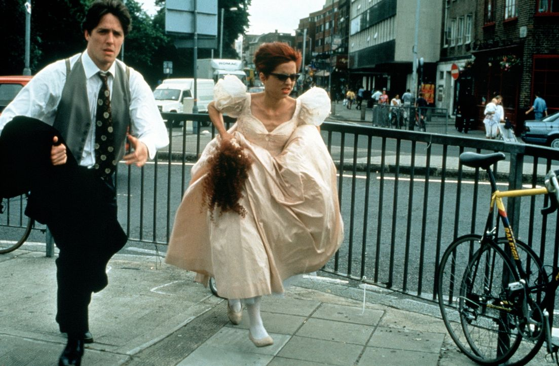 Charles (Hugh Grant, l.) und Scarlett (Charlotte Coleman, r.) kommen zu spät zu einer Hochzeit - leider sind sie die Trauzeugen ... - Bildquelle: Gramercy Pictures