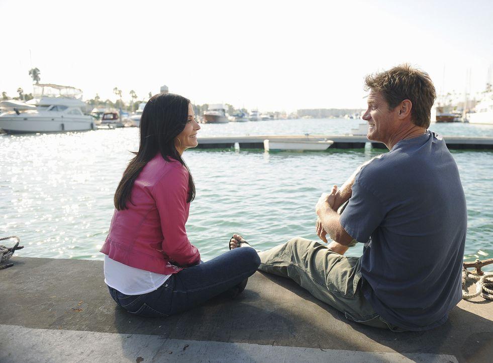 Jules (Courteney Cox, l.) entscheidet sich Bobbys (Brian Van Holt, r.) Hausboot seetüchtig zu machen, um sein Selbstvertrauen zu steigern. Doch was... - Bildquelle: 2010 ABC INC.