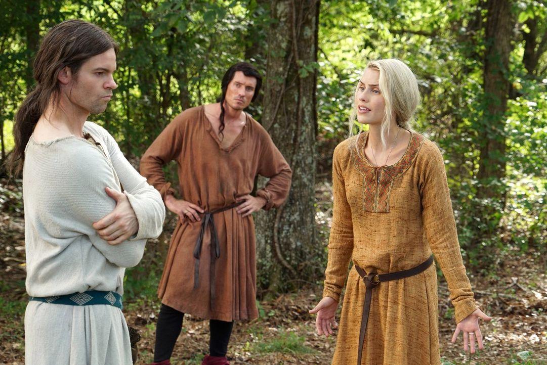 Als Rebekah (Claire Holt, r.) das Leben auf der Flucht anzweifelt, beharrt Elijah (Daniel Gillies, l.) auf die Familieneinheit, während Finn (Casper... - Bildquelle: Warner Bros. Entertainment Inc.