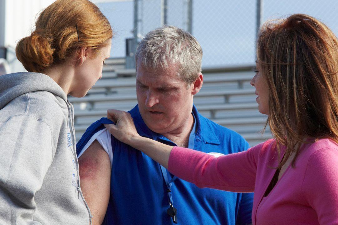 Nachdem herauskam, dass Cop Joe Salerno bereits tot war, als er überfahren wurde, beginnt Dr. Megan Hunt (Dana Delany, r.) mit den Ermittlungen. Doc... - Bildquelle: ABC Studios