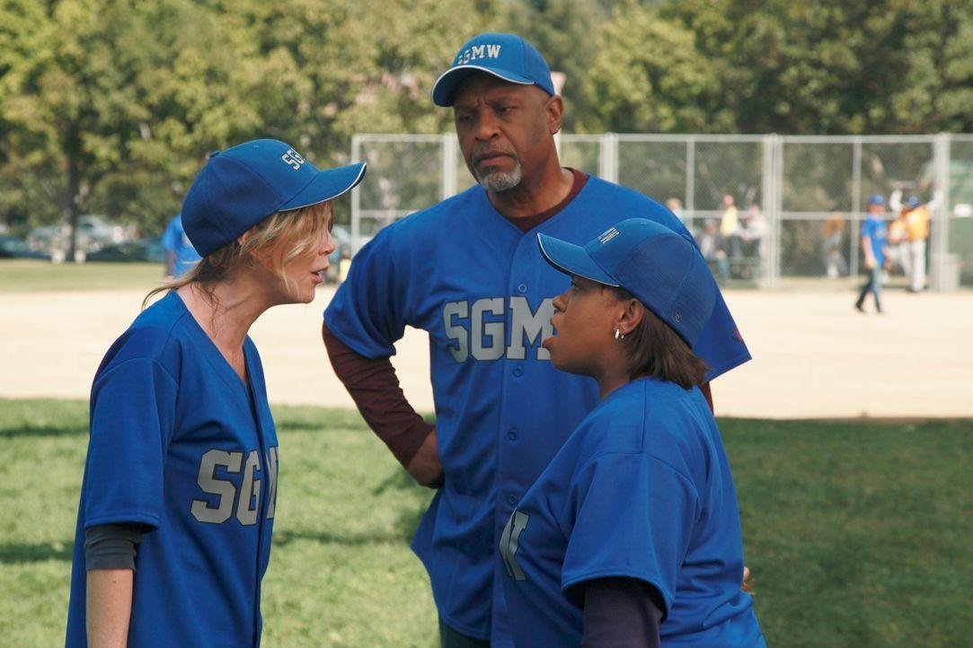 Während des Baseball-Match kommt es zwischen Bailey (Chandra Wilson, r.) und Meredith (Ellen Pompeo, l.) zu einem Streit, den nur noch Richard (Jame... - Bildquelle: ABC Studios