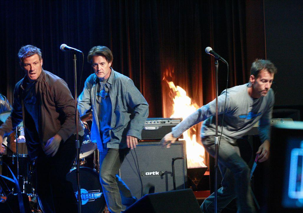 Als plötzlich ein Feuer auf der Bühne ausbricht, sind nicht nur Tom (Doug Savant, l.), Mike (James Denton, r.) und Orson (Kyle MacLachlan, M.) in Le... - Bildquelle: ABC Studios