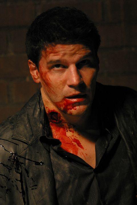 Angel (David Boranaz) liefert sich mit dem großen Zerstörer einen Kampf auf Leben und Tod ... - Bildquelle: The WB Television Network