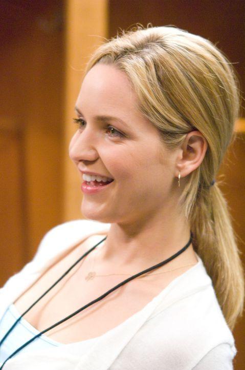 P.J. (Jordana Spiro) wird von Steph unter Druck gesetzt, endlich einen Mann zu finden, den sie nach Italien mitnimmt. - Bildquelle: Sony Pictures Television Inc. All Rights Reserved.