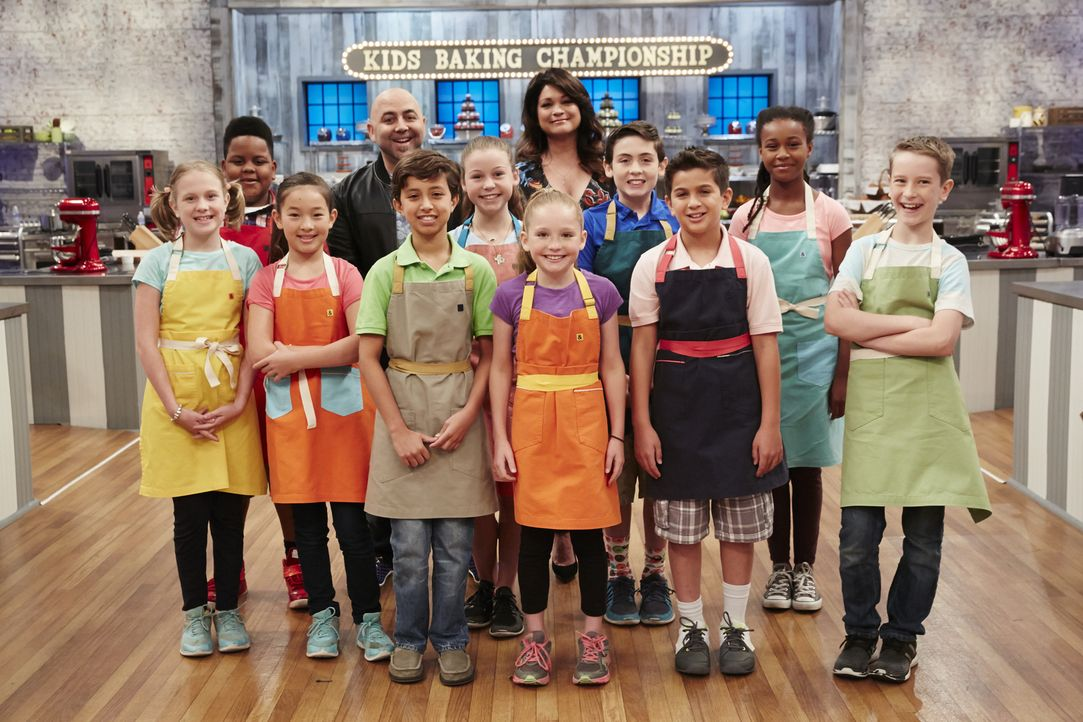 Duff Goldman (4.v.l.) und Valerie Bertinelli (hinten M.) lassen die jungen Bäcker (v.l.n.r.) Jane Haviland, Alex Portis, Emma Wensing, Alex Alcorta,... - Bildquelle: Greg Gayne 2015, Television Food Network, G.P. All Rights Reserved