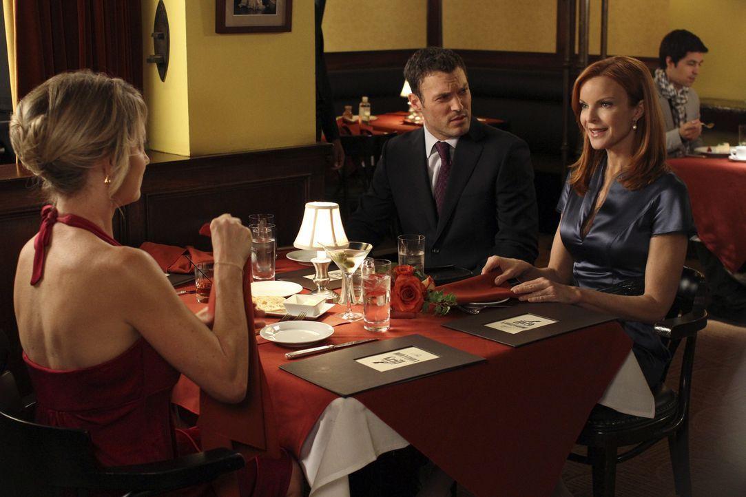 Das geplante romantische Dinner von Keith (Brian Austin Green, M.) platz erneut, als Bree (Marcia Cross, r.) auf eine alte Bekannte Tracy Miller (Cy... - Bildquelle: ABC Studios