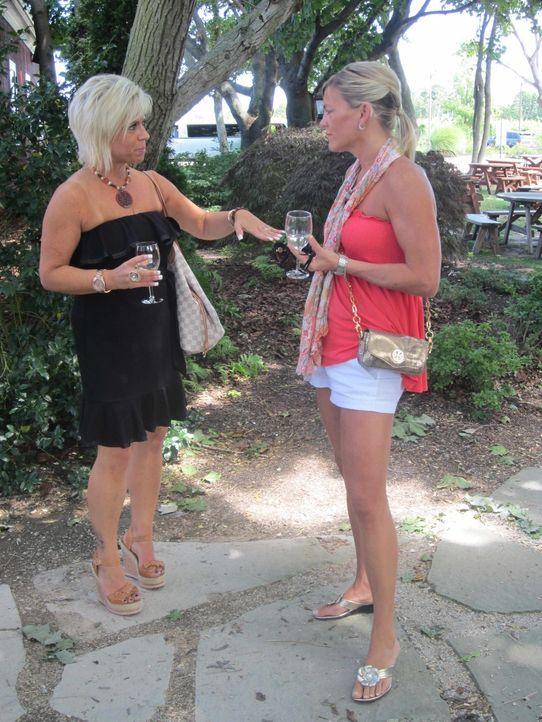 Aufgrund ihrer besonderen Fähigkeiten als Medium haben sich in den vergangenen Jahren viele Bekannte von Theresa (l.)  abgewendet. Um die verbliebe... - Bildquelle: TLC