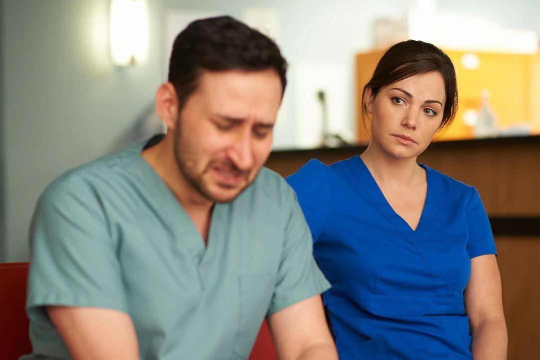 Als Shahir (Huse Madhavji, l.) verzweifelt versucht das Leben seiner Frau zu retten, kann auch Alex (Erica Durance, r.) daraus Schlüsse für ihr eige... - Bildquelle: 2012  Hope Zee One Inc.