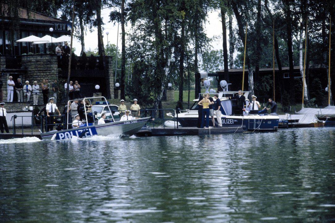 Die Polizei sucht vergeblich nach der Leiche ... - Bildquelle: Sat.1