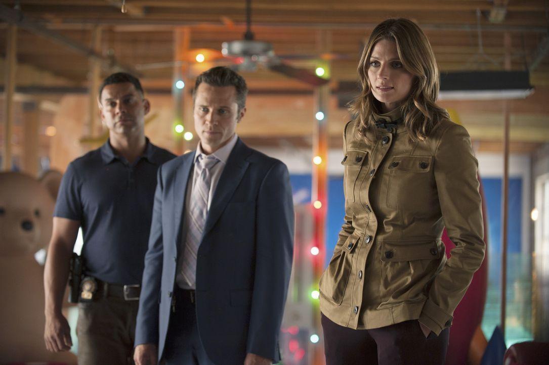 Wollen wissen, warum der CEO eines großen Spielzeugunternehmens sterben musste: Esposito (Jon Huertas, l.), Ryan (Seamus Dever, M.) und Kate (Stana... - Bildquelle: ABC Studios