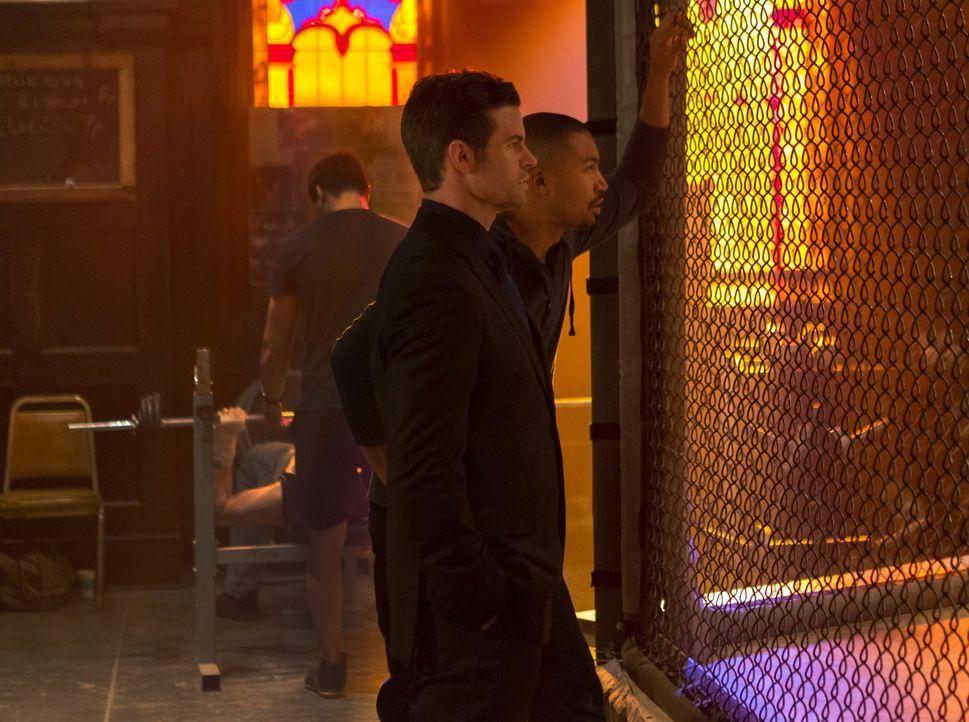 Elijah (Daniel Gillies, l.) ahnt, dass Tristan etwas verheimlicht und setzt Marcel (Charles Michael Davis, r.) auf den ersten seiner Blutlinie an ... - Bildquelle: Warner Bros. Entertainment Inc.