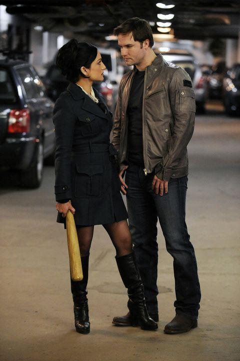 Blake (Scott Porter, r.) und Kalinda (Archie Panjabi, l.) versuchen sich gegeneinander auszuspielen ... - Bildquelle: CBS   2011 CBS Broadcasting Inc. All Rights Reserved.