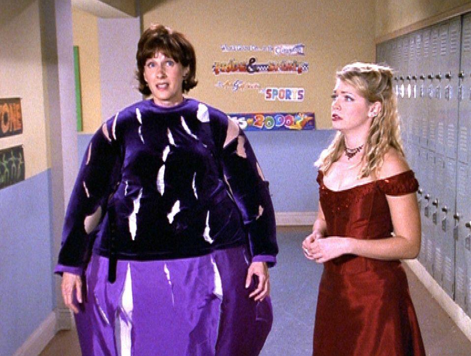 Sabrina (Melissa Joan Hart, r.) ist durch eine magische Kamera wieder sichtbar geworden, bei Mrs. Quick (Mary Gross, l.) allerdings hat sie zu viel... - Bildquelle: Paramount Pictures