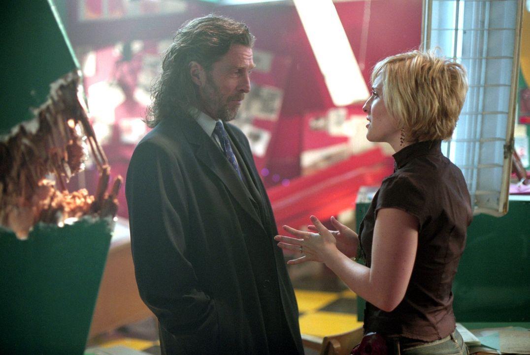 Wird Chloe (Allison Mack, r.) Lionel Luthors (John Glover, l.) verlockendes Angebot annehmen? - Bildquelle: Warner Bros.